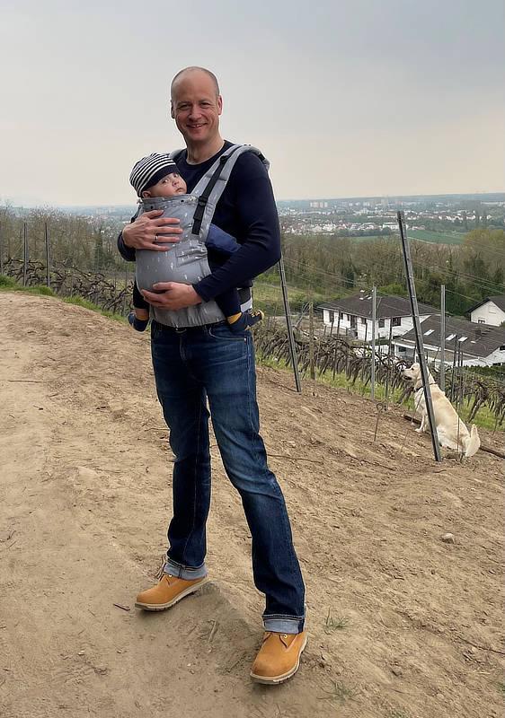 Daniel Wenzel mit seinem jüngsten Sohn